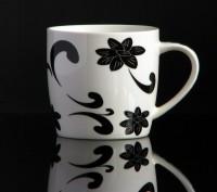 Kaffeebecher aus Keramik 0,33 Liter (weiß mit abstraktem Blumenmuster)