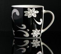 Kaffeebecher aus Keramik 0,33 Liter (schwarz mit abstraktem Blumenmuster)
